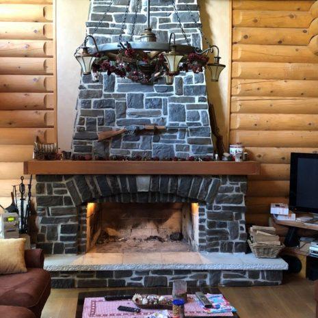 kamin u drvenoj brvnari